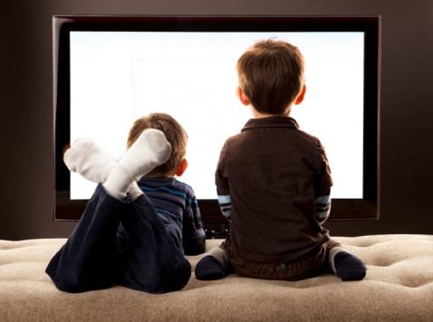 copii in fata televizorului