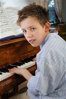 copil la pian