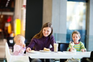 Cu copilul la restaurant: sfaturi pentru o masa reusita