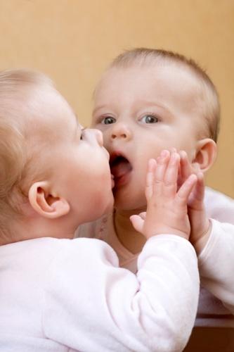 bebe in oglinda