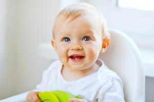 Cum starnim interesul bebelusului pentru hrana solida?