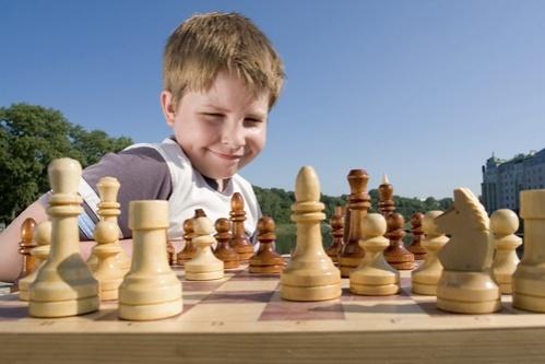 copil joaca victorie