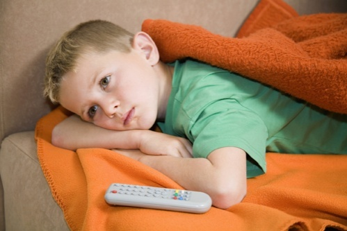 copil cu telecomanda de televizor