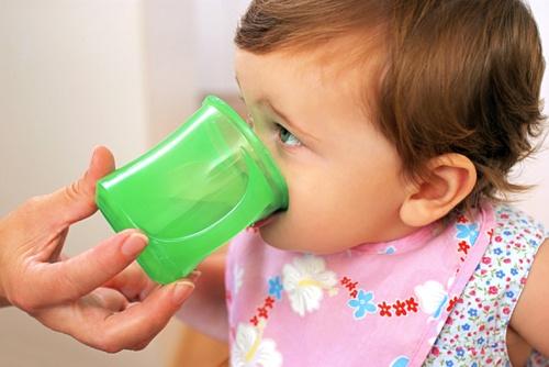 bebe bea din cana