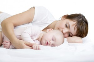Dilema parintilor: a dormi sau a nu dormi cu bebelusul?